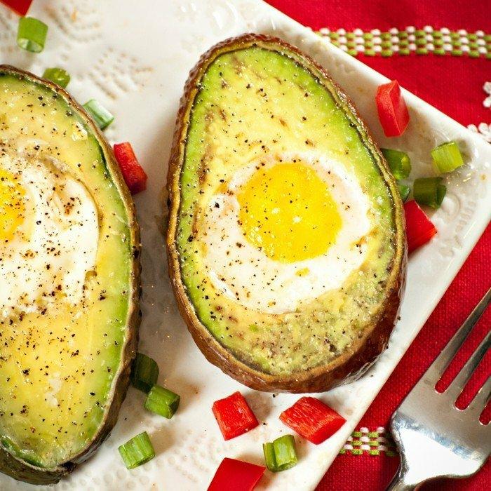 avocado rezepte ideen mit eier in den löchern, wo es früher kern gab - zwiebel paprika ei avocado backen