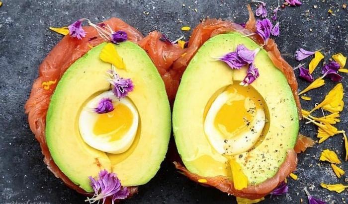 avocado speise schön und lecker gesund und nahrhaft nahrungsstoffe eier gekocht fisch blumen lila gelbe blumen