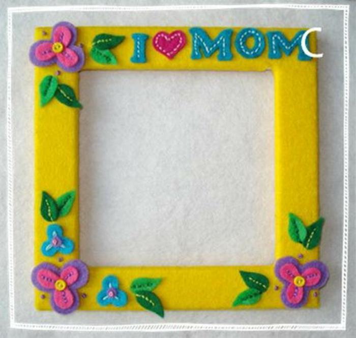 Muttertag Geschenkideen Bilderrahmen in gelber Farbe mit Blumen Verzierung selber machen
