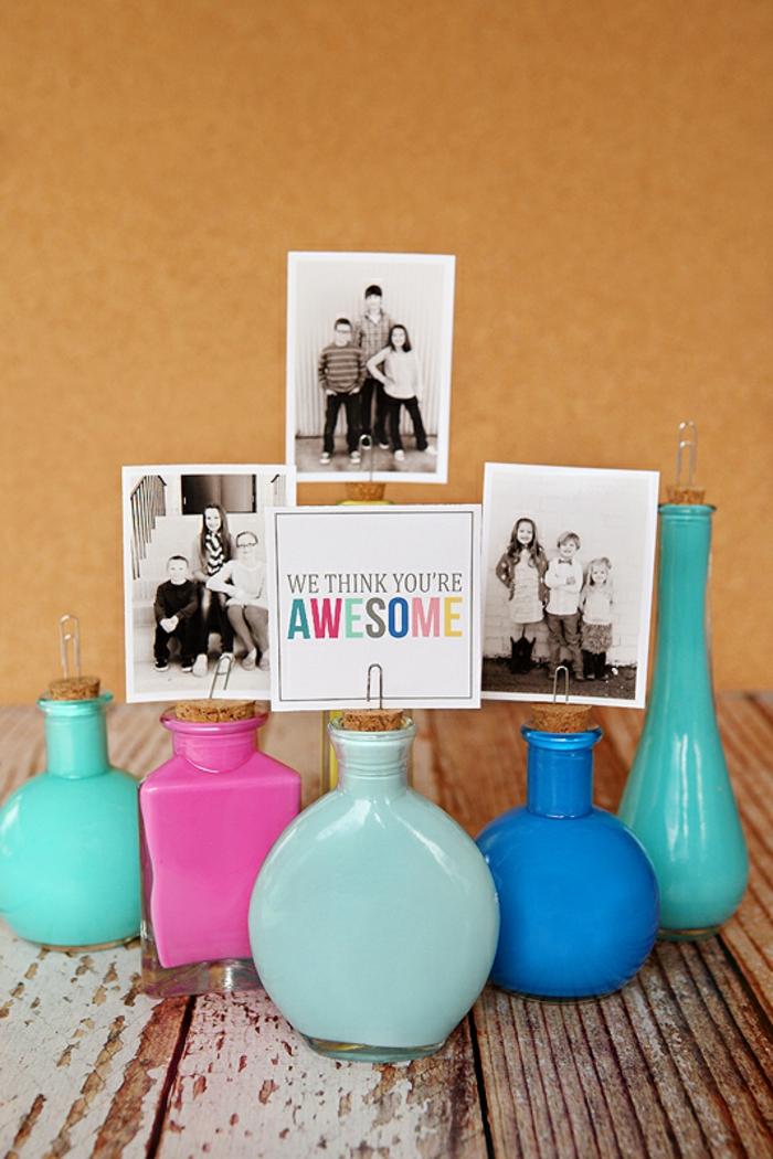 drei Kinder Fotos auf Parfüm Fläschchen mit Korken und mit Klammern befestigt - Muttertag Geschenkideen