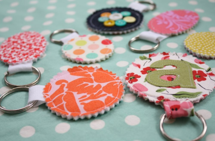 Schlüsselanhänger wie Geschenke für Muttertag mit bunten Muster Knöpfen und Buchstaben
