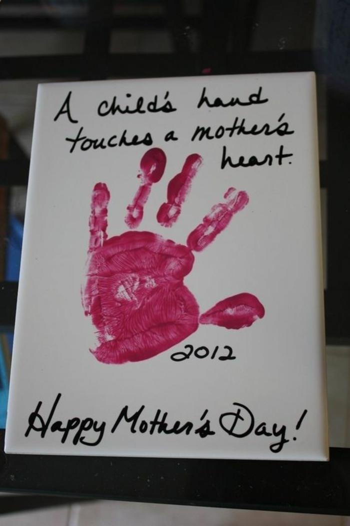 die Hand von Kind rührt das Herz einer Mutter steht auf der Karte - Geschenkideen