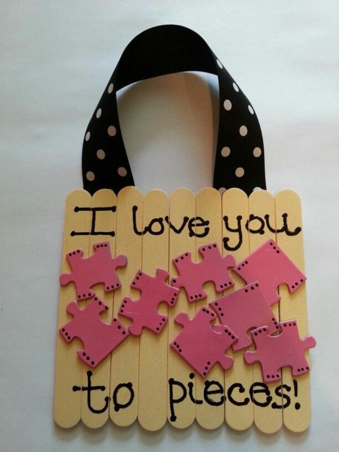 eine Tabelle mit Teile aus Puzzle in rosa Farbe und eine Botschaft - Geschenkidee für Muttertag