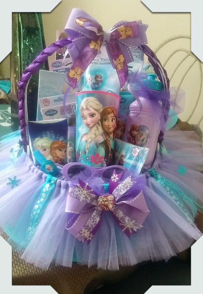 Die Heldinnen von der Eiskönigin - Tasse, Flasche in lila und blaue Farben mit thematischen Bänder - Präsentkorb Ideen