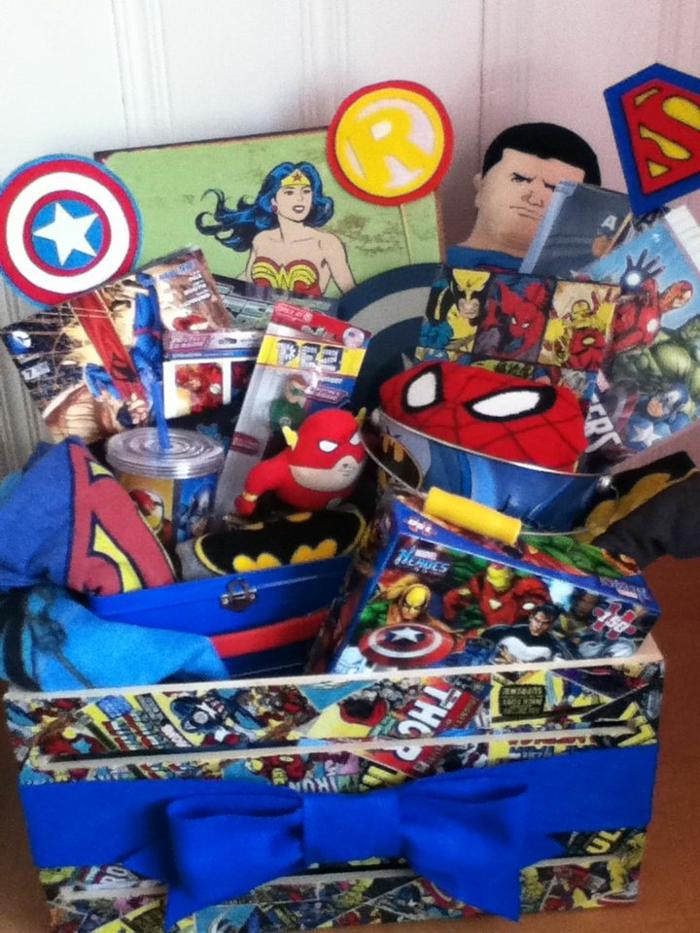 viele Sachen mit Superheros für den Geburtstag eines kleinen Jungen in Korb mit Comic Bücher beklebt Präsentkorb Ideen