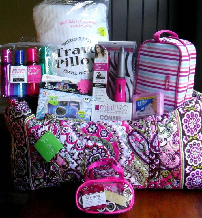 alles Nötiges für eine lange Reise in rosa Farbe Geschenkkorb Ideen für Abschiedsparty