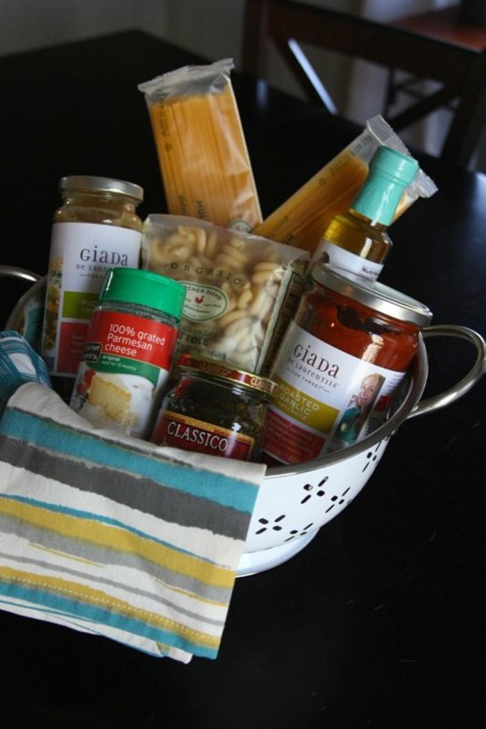 Nudeln, Gewürze, Parmesan und Soße - eine italienische Speise Geschenkkorb Ideen