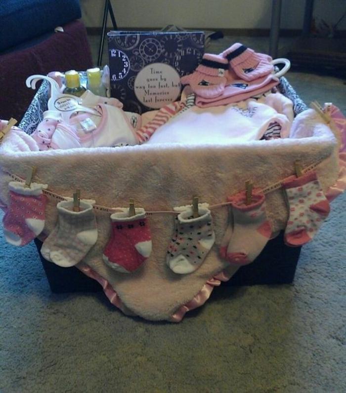 für Babyparty eines jungen Mädchen Präsentkorb selber machen aus kleine Kleider und süße Socken