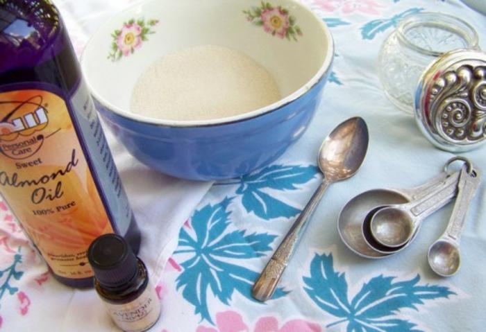 Hautcreme für trockene Haut, Mandelöl, ätherisches Öl, Messlöffel aus Edelstahl, Mustertischdecke