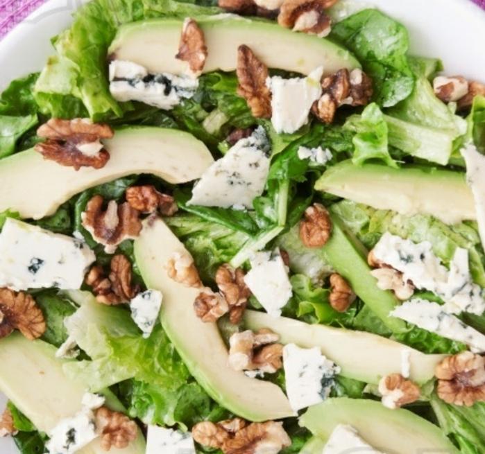 salat mit avocado lecker und mit hohen nährwerte gesunde ausgewogene ernährung avocado rezept ideen