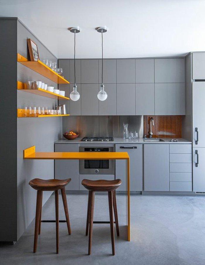 perlgraue Farbe für die Küche eine orange Theke hängende Lampen wie Kugeln, graue Regale und Wände