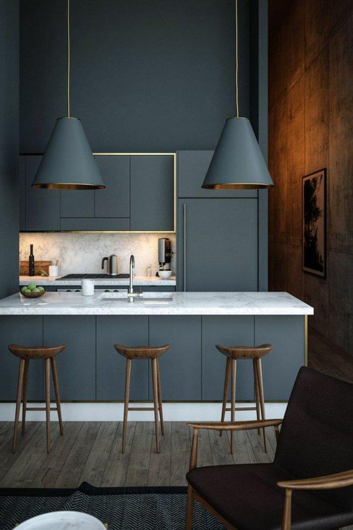 Perlgraue Küche ganz in dieser Farbe gestrichen - die Kochinsel, Regale, Lampen und Wände