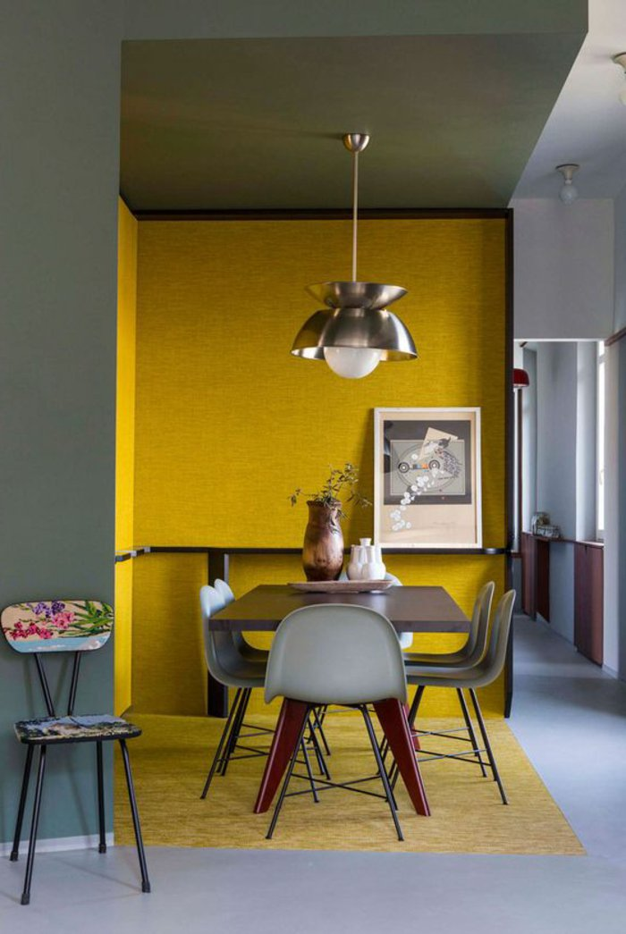 gelbe Wände, kleine Stühle und eine Lampe, buntes Bild - perlgraue Küche