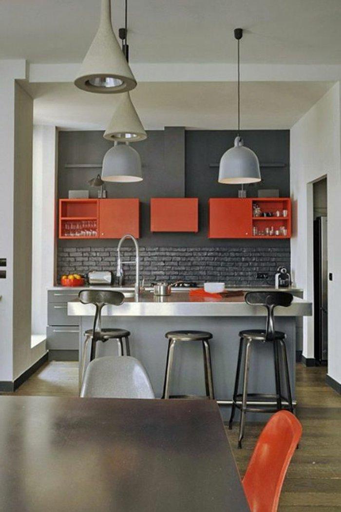 graue Küchen Kochinsel eine Reihe Lampen Glas Schrank - perlgraue Küche