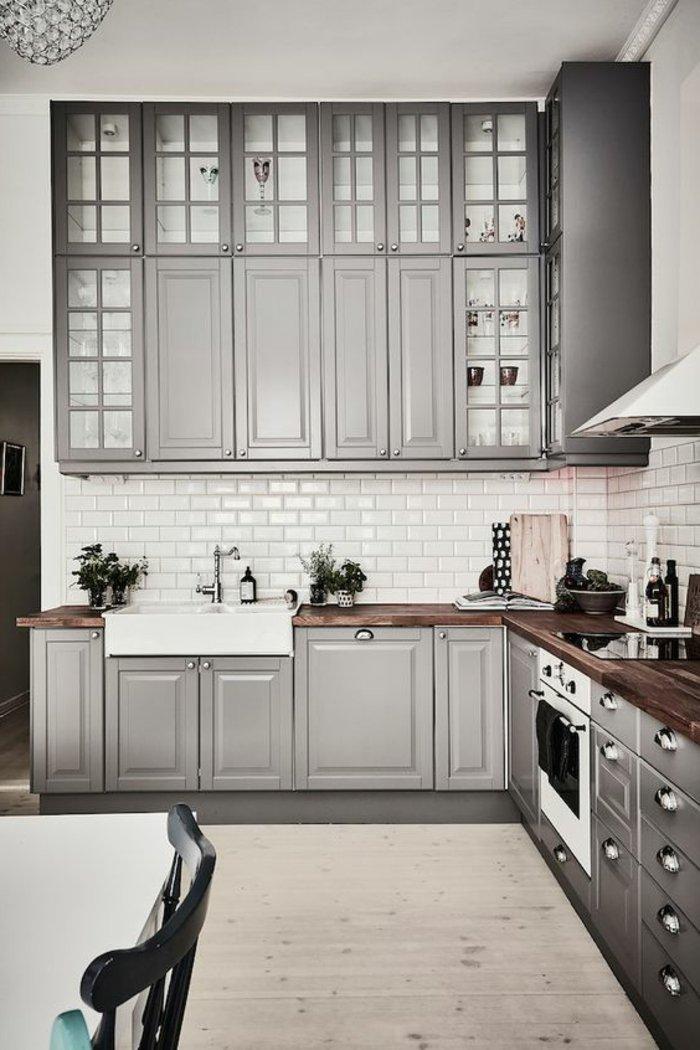 perlgraue Küche mit grauen Regale und Laminat Boden Vasen als Dekoration