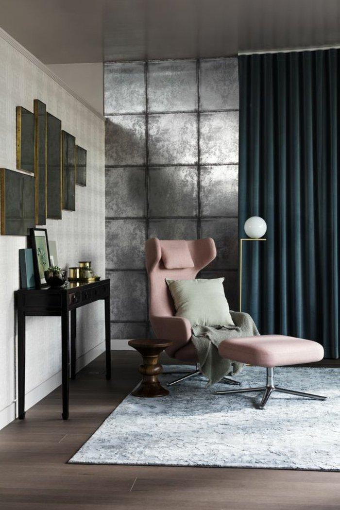 graue Fliesen die glänzen an der Wand, grauer Vorhang, rosa Stuhl - graues Wohnzimmer
