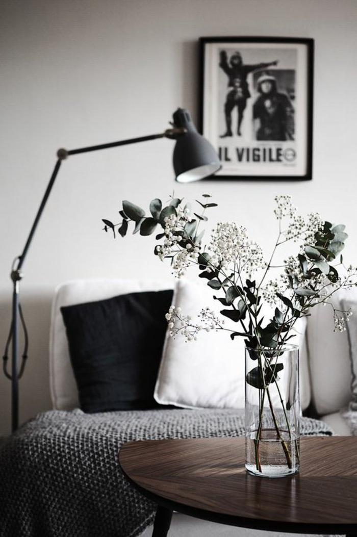 Vase mit Blumen, eine graue Decke, eine graue Stehlampe, ein graues Bild - Wohnzimmer in grau