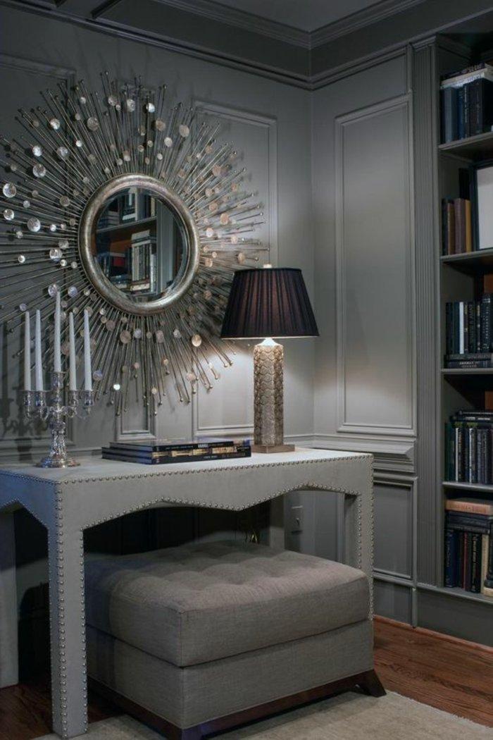 graues Wohnzimmer ein Schminktisch mit einem Spiegel wie die Sonne als Dekoration