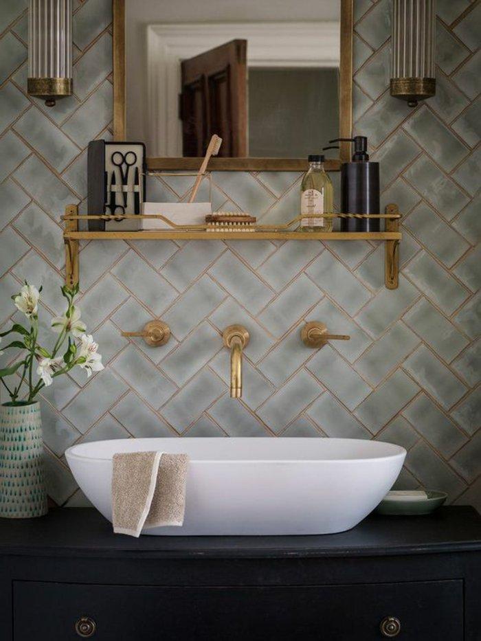perlgraues Badezimmer - goldenes Hahn, weißes Waschbecken, Spiegel mit hölzernem Rahmen