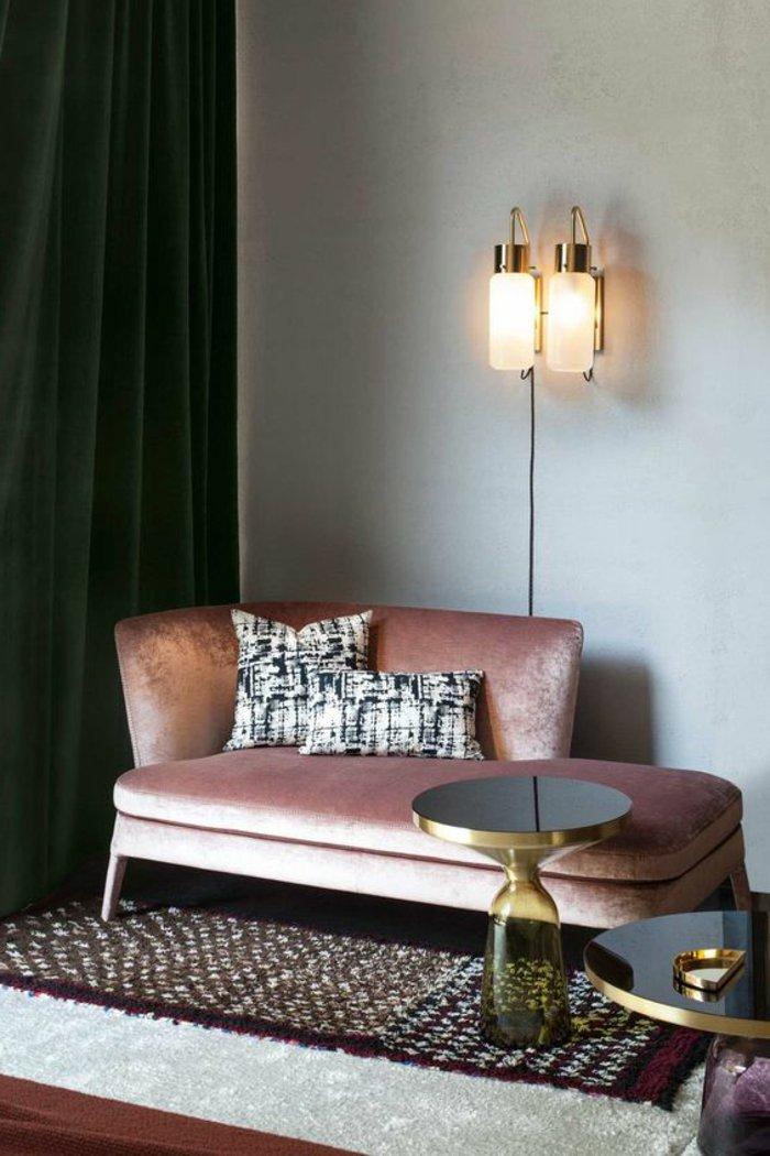 Wohnzimmer in grau eine Couch in der Ecke zwei Lampen kleiner runder Tisch