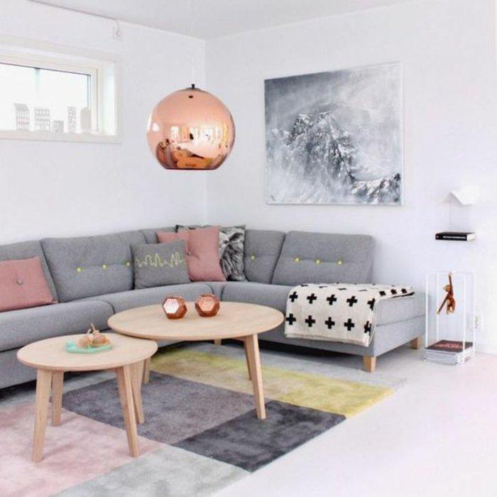 graues Sofa, graues Bild, zwei runde Tische, gerundete Lampe - Wohnzimmer in grau
