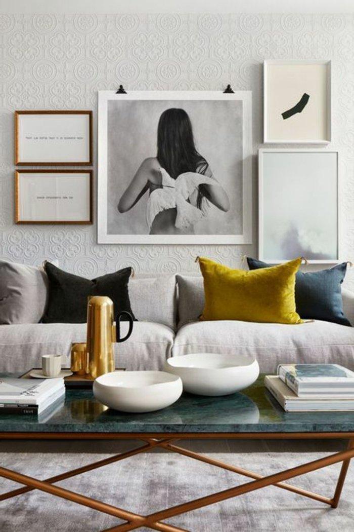 Great Taube Und Frau In Grauer Farbe Ein Blauer Tisch Zwei Bilder Mit With Welche  Farbe Passt Zu Grauer Couch With Farbe Fr Ledercouch