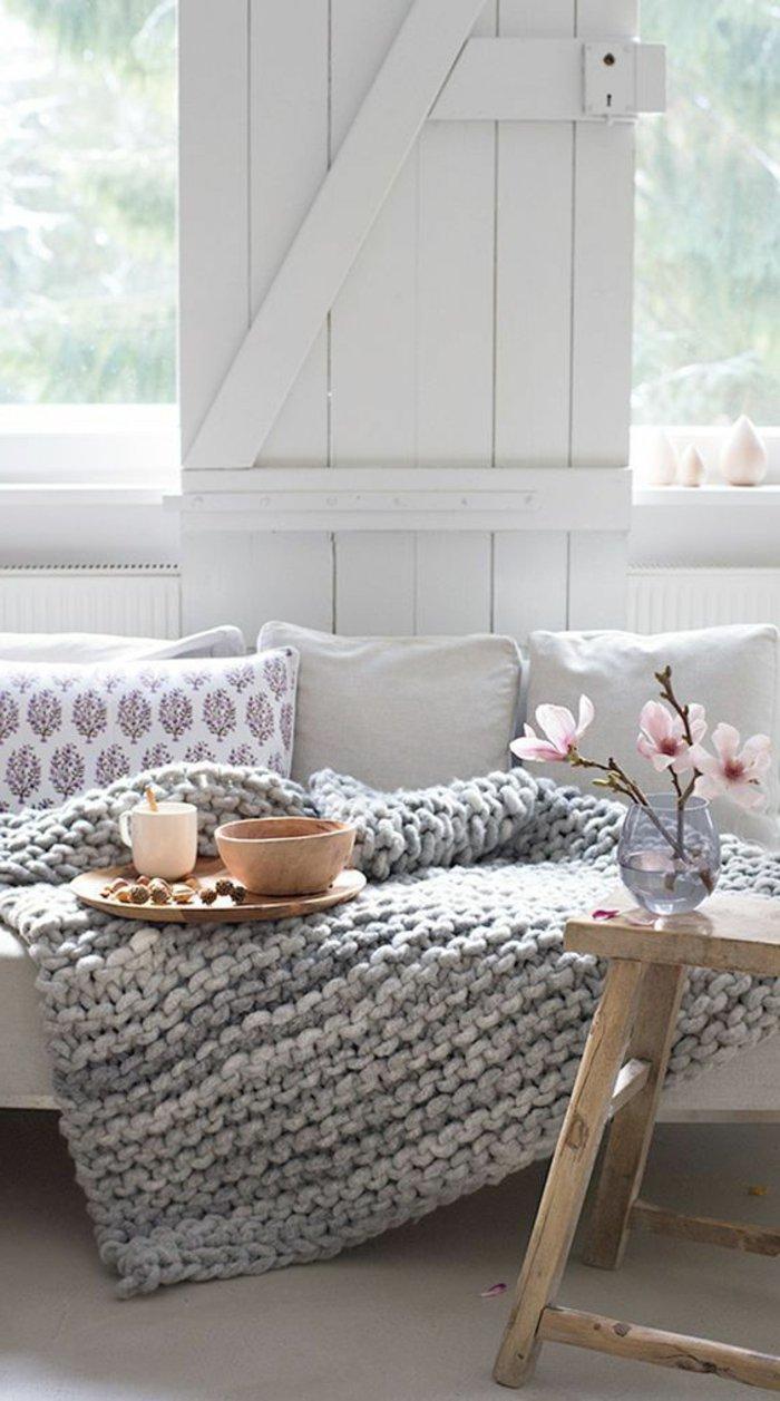 graue gestickte Decke, gemütlicher Landhausstil Wohnzimmer in grau