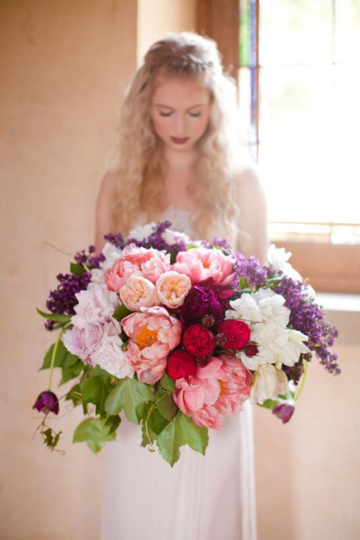 großer Hochzeitsstrauß, Pfingstrosen und Flieder, bunte wunderschöne Blumen