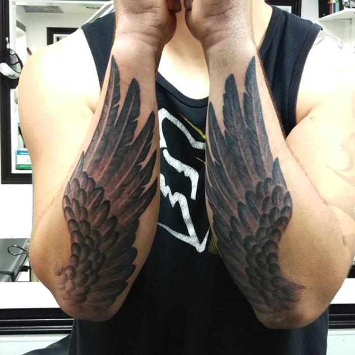 tolle idee für tätowierte hände - hier sind zwei hände mit zwei schwarzen engelsflügeln mit langen federn