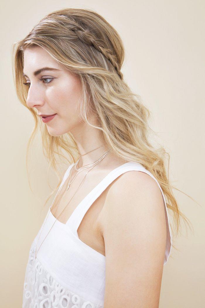 halb hoch halb unten frisuren weißes kleidßlange blonde haare mit strähnen mittelalter flechtfrisuren moderne inspiration dezenter schmuck halsketten