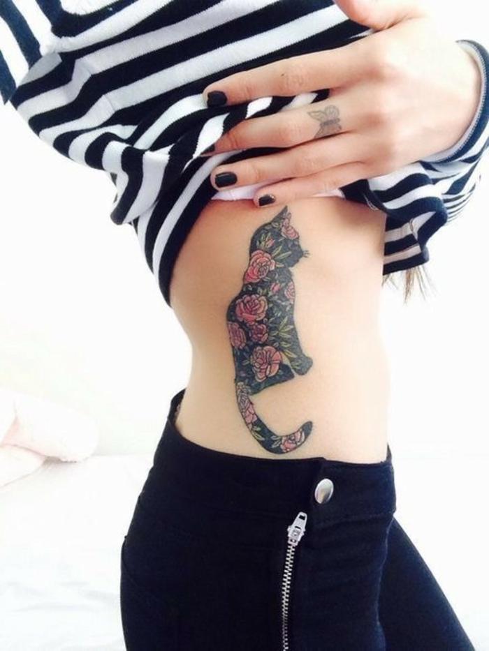 hier ist eine idee für einen tattoo für eine frau - hier ist einer schwarzer katzen tattoo mit roten rosen, eine hand mit schmetterling tattoo und einem schwarzen nagellack