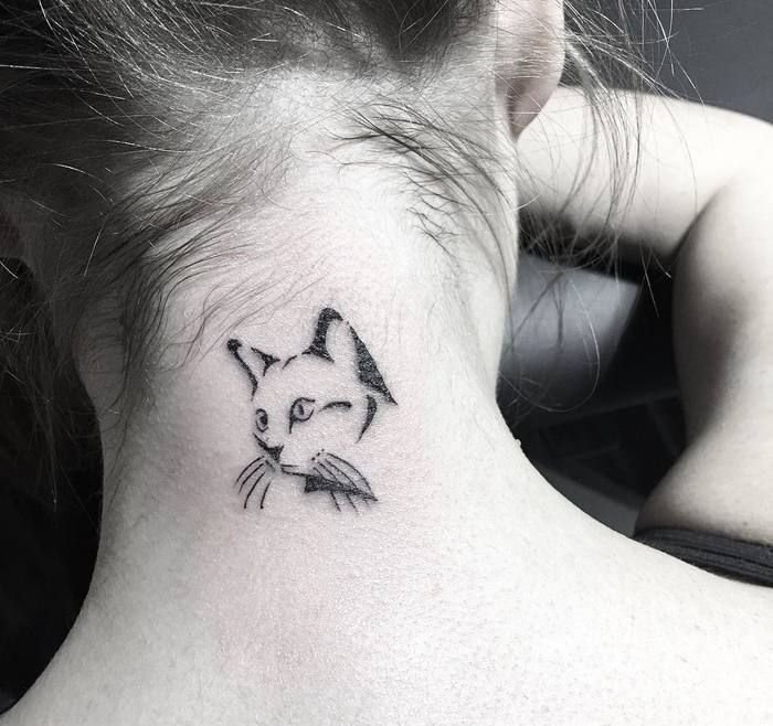 idee für einen kleinen schönen katzen tattoo auf nacken für die damen - eine schwarze katze mit schwarzen vibrissen