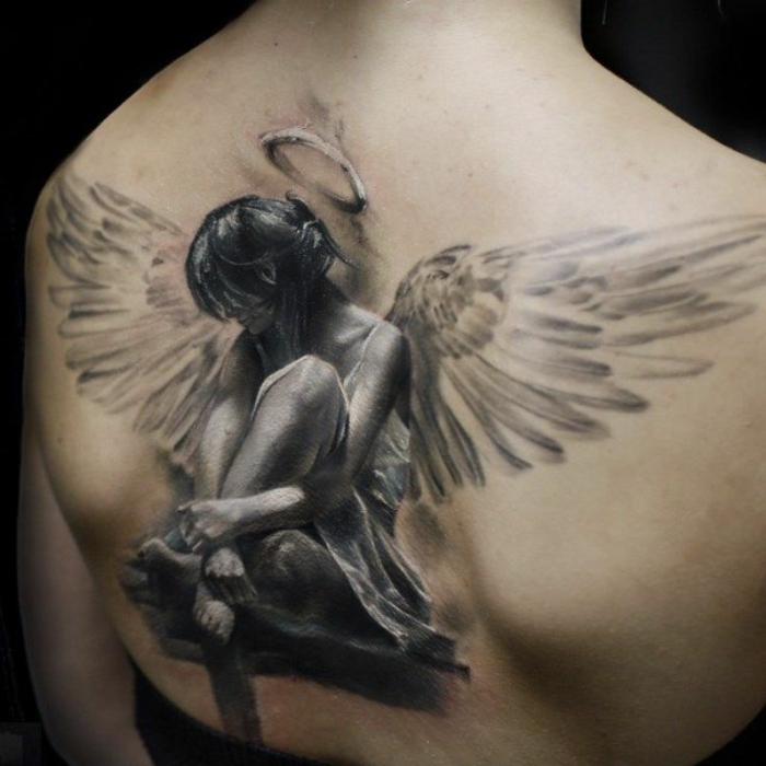 hier zeigen wir ihnen eine idee für einen schwarzen tattoo - das ist ein tatoo engel - ein kleiner engel mit engelsflügeln