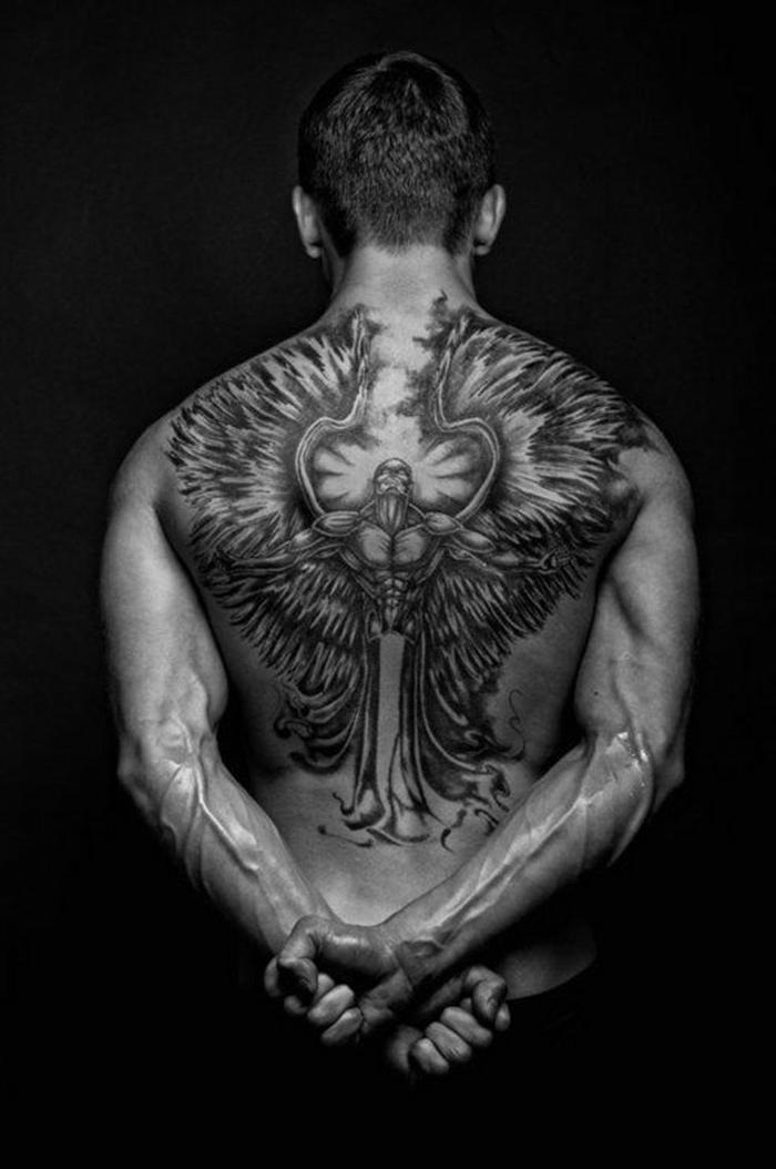 tolle idee für einen schwarzen engel tattoo, die den männern sehr gut gefallen könnte - hier ist ein mann mit einem schwarzen tattoo engel mit langen federn