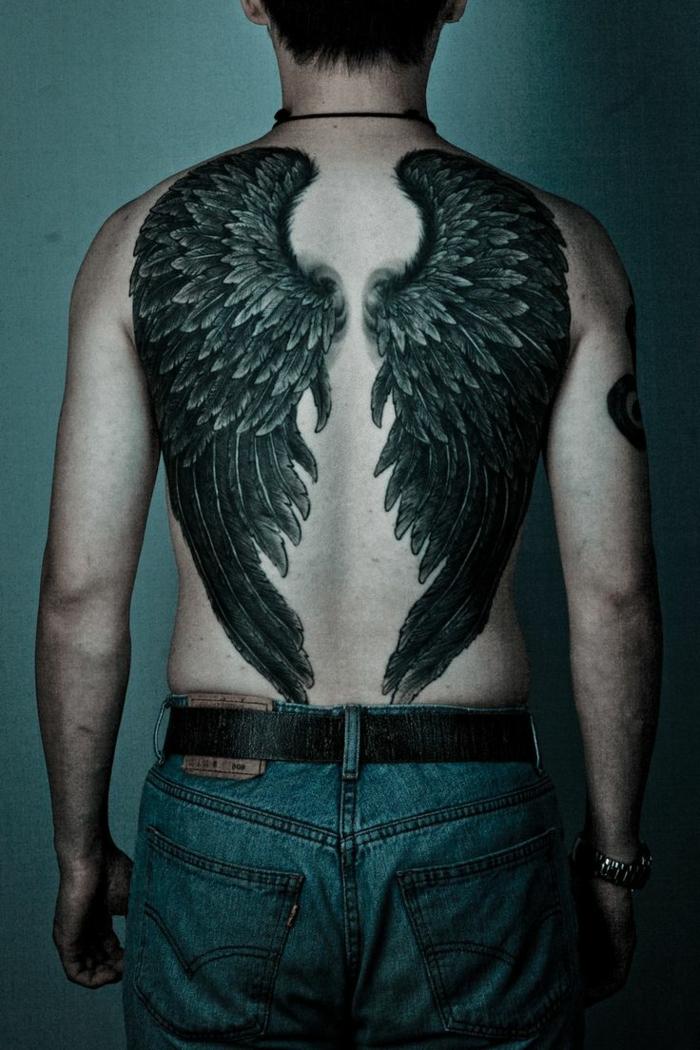 idee für schwarzen tattoo engel - hier ist ein mann mit zwei großen schwarzen engelsflügeln