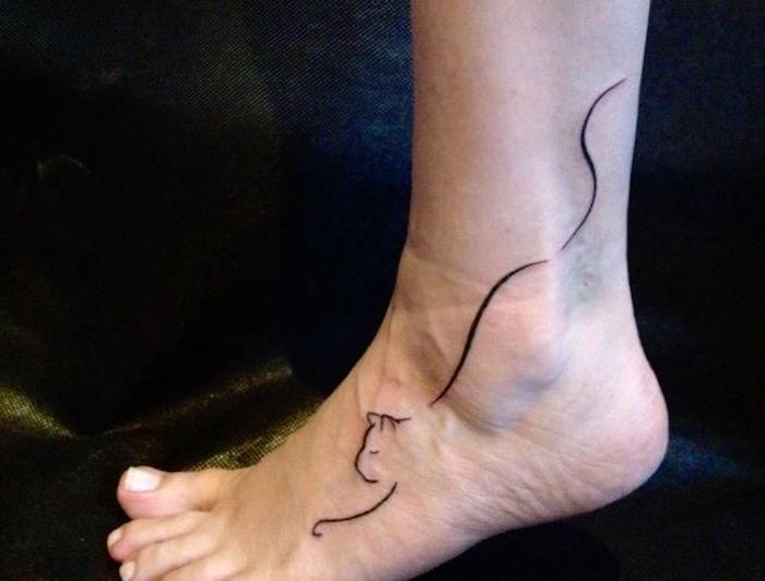 ein bein, eine ferse, eine schwarze katze - eine idee für einen katzen tattoo