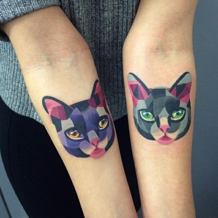 hier zeigen wir ihnen zwei hände mut bunten katzen tätowierungen -eine katze mit grünen augen und einer pinken nase und eine lila katze mit orangen augen