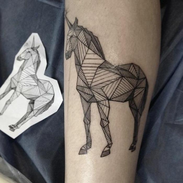 schöne origami einhöriner - idee für einen origami tattoo mit einem märchenhaften einhorn auf der hand