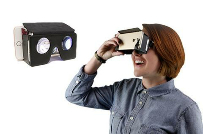 frau, tolle schwarze vr brille mit kleinen okularen und ein weißes kleines smartphone