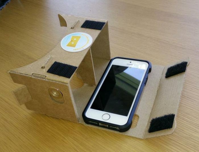 das ist eine idee für vr brille aus pappe mit einem weißen kleinen smartphone - vr brille selber bauen