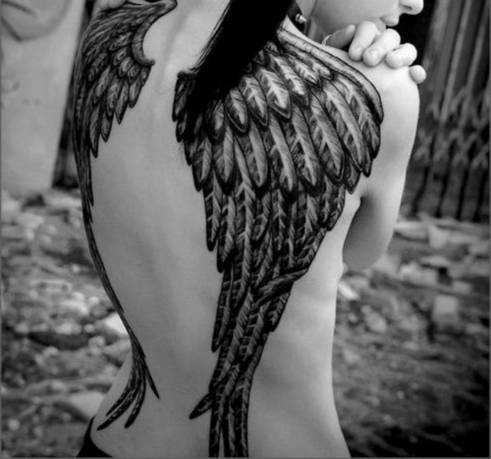 engelsflügel tattoo rücken - idee für einen engel tattoo mit langen federn
