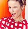 hochsteckfrisur kronenzopf blonde haare rote bluse mit weißen vierecken junge frau sommersprossen im gesicht