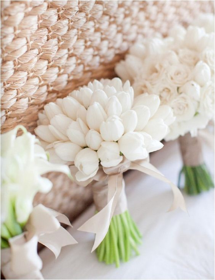 Hochzeitssträuße in Weiß, Tulpen, Rosen und Callas, mit Bändchen dekoriert