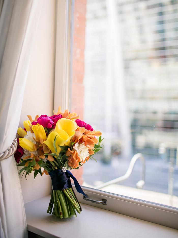 Biedermeierstrauß in Gelb und Rosa, vielfältige, bunte Blumen, schöne Ideen für Hochzeit