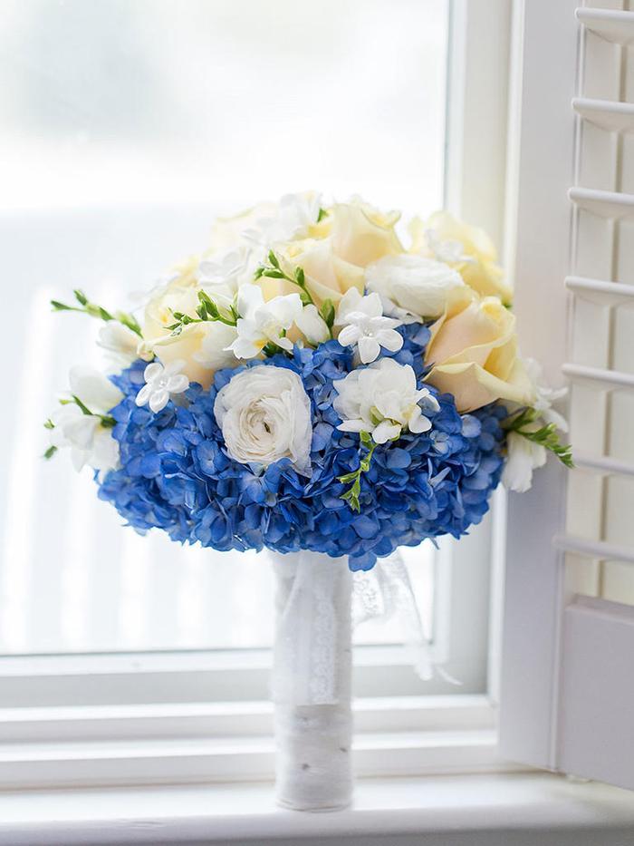 runder Hochzeitsstrauß in Blau, Gelb und Weiß, Rosen, Hortensien und Freesien