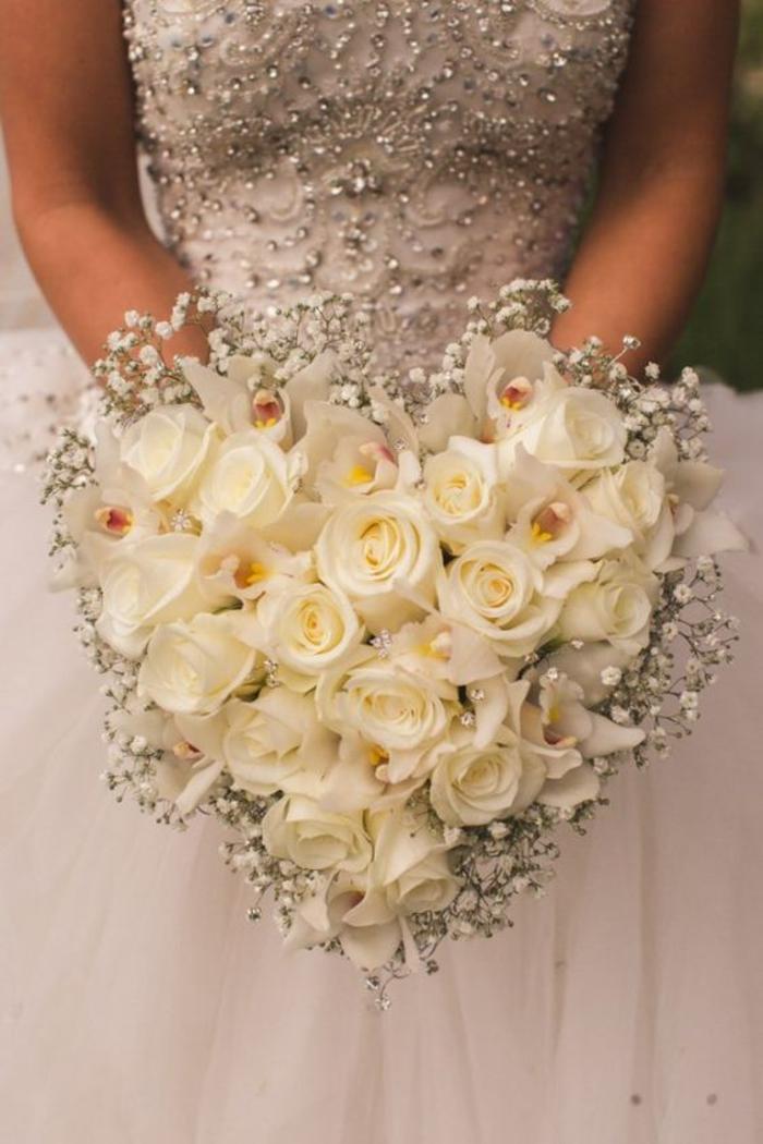 Hochzeitsstrauß in Herzform, weiße Rosen und Orchideen, schön und romantisch