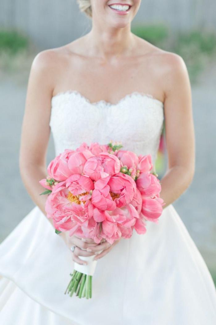 runder Hochzeitsstrauß, rosa Pfingstrosen, Biedermeierstruß für Hochzeit in Rosa