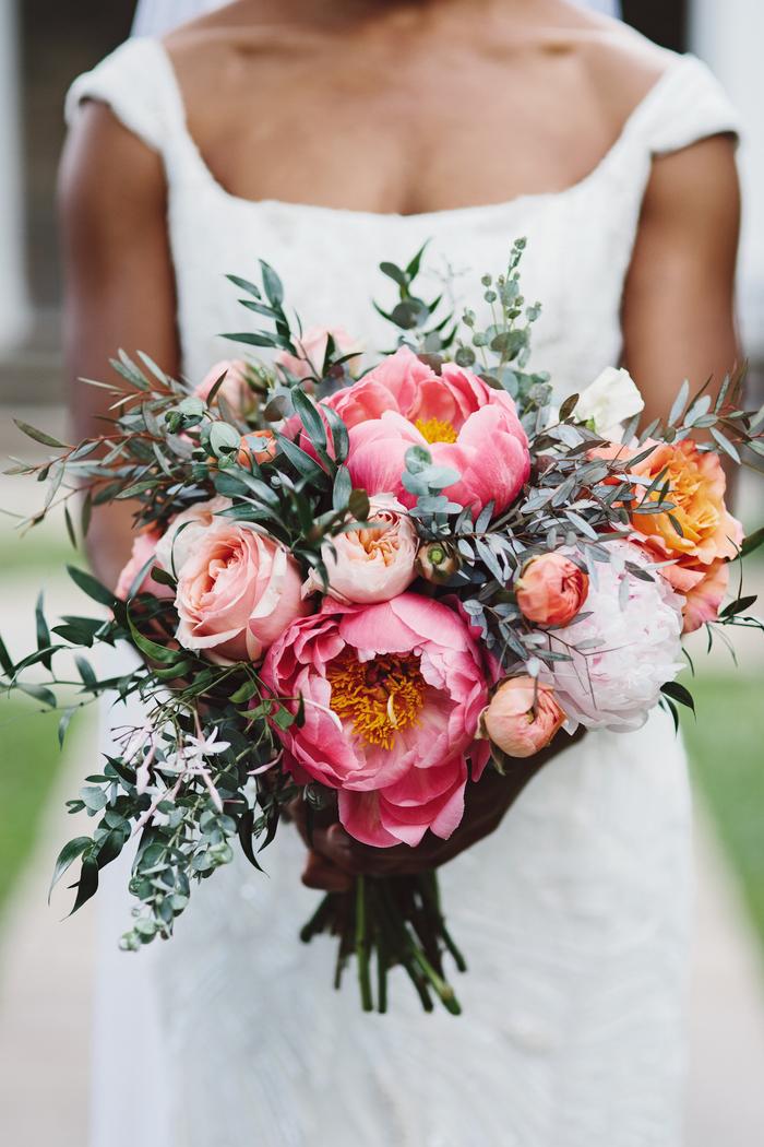 schöner Hochzeitsstrauß, Pfingstrosen und Rosen, natürlich und zart