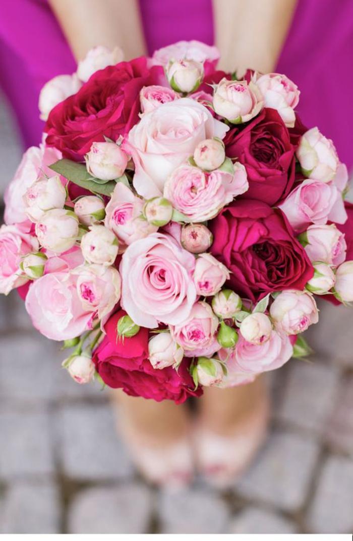 runder Hochzeitsstrauß, rote und rosa Rosen, klassischer Brautstrauß