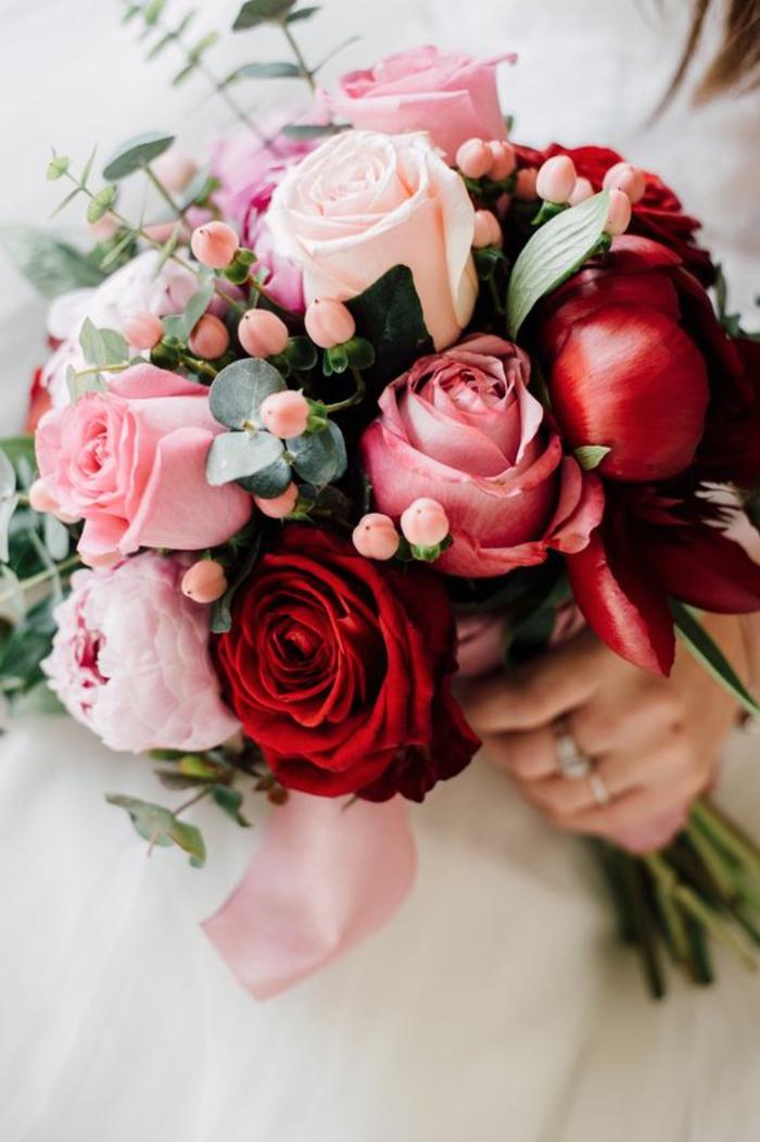 runder Brautstrauß, Kombination von Rosen und Pfingstrosen, Rosa und Rot